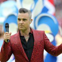Robbie Williams toujours au top et aime provoquer, même lors de la cérémonie officielle de la Coupe du Monde de football